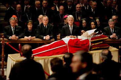 Ciało Jana Pawła II, wystawione w Bazylice Św. Piotra. W tle widać prezydentów USA: George'a W. Busha (z żoną Laurą), George'a H. W. Busha i Billa Clintona oraz sekretarz stanu Condoleezzę Rice i Andy'ego Carda. fot. wikipedia