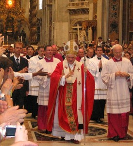 Opis 	  Benedictus XVI in St Peter's Basilica, on June 29th, 2006. He then wore a Papal pallium, similar to those worn till the end of the 9th century. Since June 29th, 2008, he has been wearing another shorter one. Data 	 29 czerwca 2006 Źródło 	done on my own Autor 	Alberto Luccaroni User:Luccaro Licencja (Ponowne użycie tego pliku) 	 Wikipedia  authorized by Alberto Luccaroni